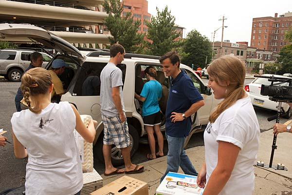 President Daniels checks out the latest dorm gear as arriving students unload belongings outside the Hopkins Inn.